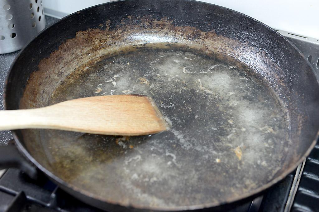 Tipp: Pfannen auskochen, nicht auswaschen!
