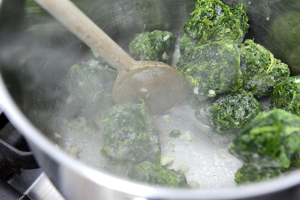 Petzis Garten und Küche: Knoblauch anbraten und gefrorenen Spinat kurz mitkochen
